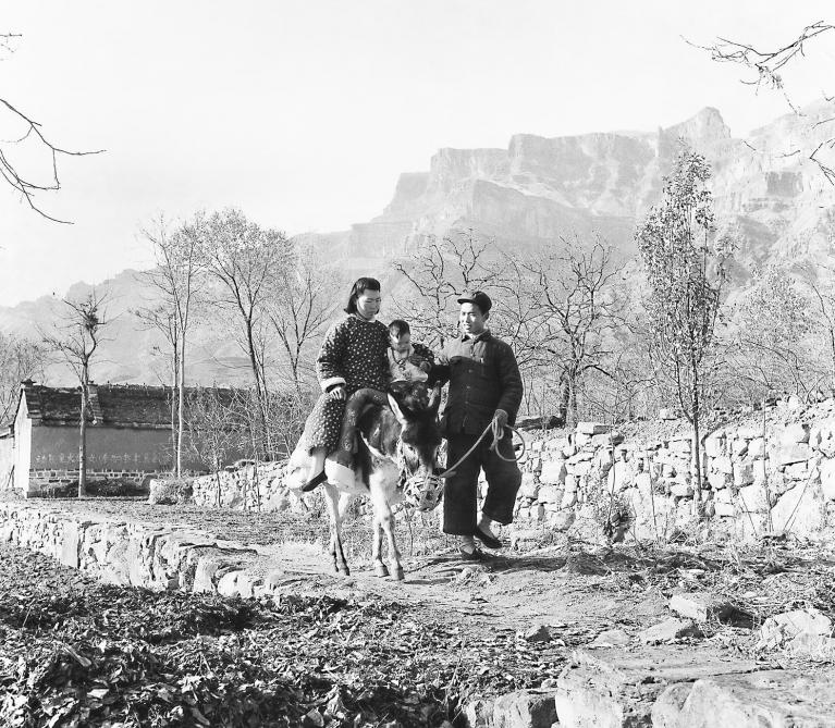 Wei Dezhong - On a Mountain Road a Young Couple Ride a Donkey Back to the Wife's Family