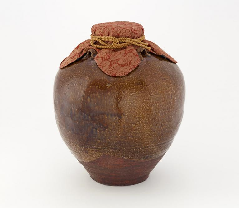 "Tea storage jar named ""Chigusa"" with red silk mouth cover"